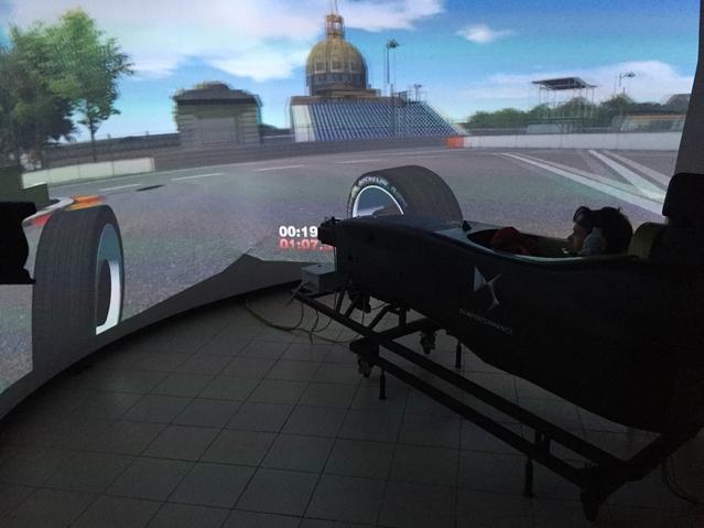 Jean-Eric Vergne affine ses trajectoires tandis que les ordinateurs compilent les données sur le nouveau simulateur installé chez DS Performance. Ici, l'auto se trouve virtuellement Place Vauban, dans le VIIè arrondissement de Paris.