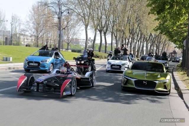 La Formule E DS Virgin Racing suivie dans les rues de Paris par une meute de journalistes. A ses côtés, le concept E-Tense.