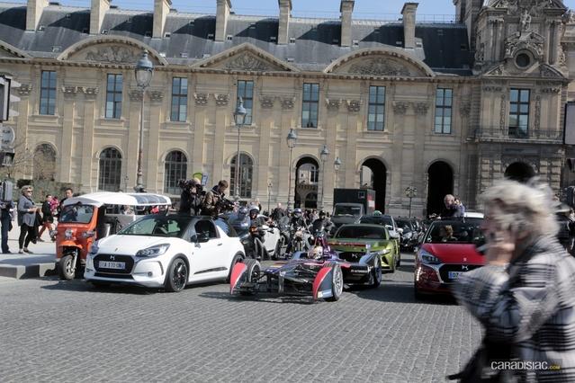 Face à la cour du Louvre, deux moyens de locomotion radicalement différents mais l'un et l'autre non polluants (aucune émission de CO2). A gauche, un Tuk-Tuk. Au centre, la monoplace du 21e siècle!