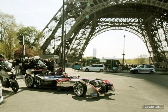 Une monoplace électrique devant la Tour Eiffel ? Ce n'est pas une photo montage.