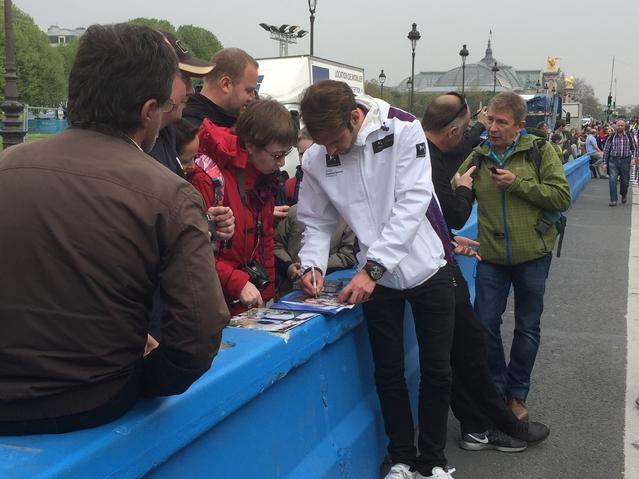 Jean-Eric Vergne signant des autographes.