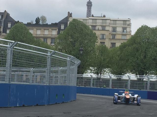Les essais qualificatifs du 1er e-Prix de Paris au pied de la Tour Eiffel