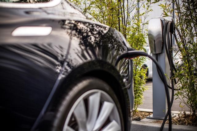 """Tesla lance son réseau de """"recharge à destination"""""""