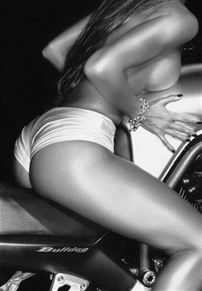 Moto & Sexy : faire corps avec la machine (N&B)