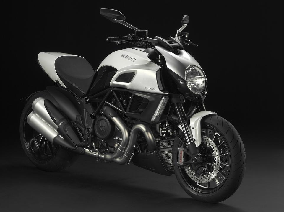 Nouveauté Ducati 2011 : Diavel & Diavel carbon au menu !!
