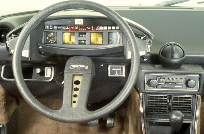 En 1978, la console centrale, remaniée, accueille en son sommet un curieux cendrier en forme de boule.