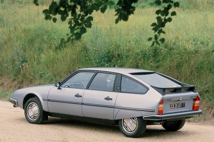 La CX GTI Turbo de 1re génération est la seule de la gamme à se doter de pare-chocs ton caisse. Son aileron et ses jantes sont également spécifiques.