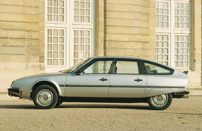 Pour 1982, la CX adopte des montants arrière noir mat. Notez le béquet arrière, apparu en 1980.