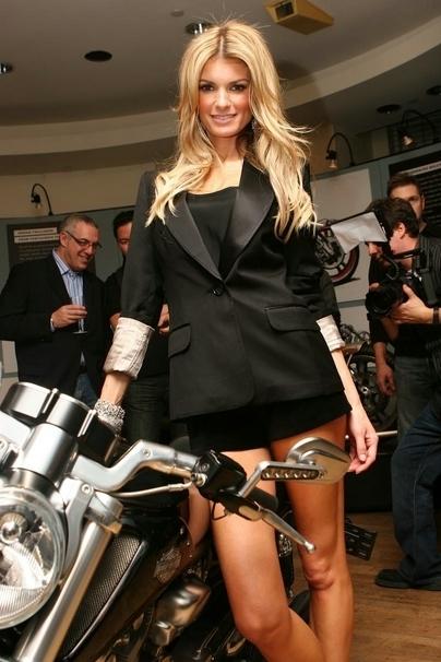 Moto & Sexy : Marisa Miller au naturel aime la moto et les petits shorts