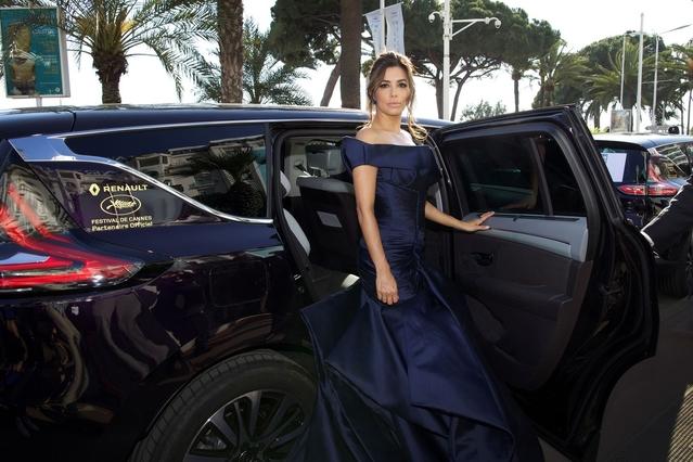 Habituée aux limousines et aux palaces, Eva Longoria, présente en 2015 en tant qu'égérie L'Oréal, aurait presque l'air désespérée après ce trajet en Renault Espace.