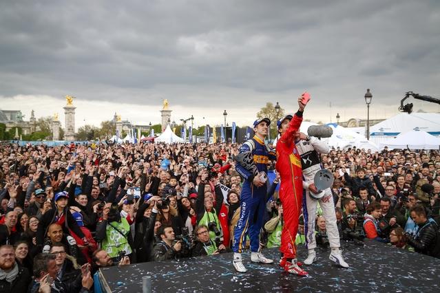 Selfie du vainqueur du premier ePrix de Paris, le Brésilien Lucas diGrassi, accompagné de Jean-Eric Vergne (DS Virgin racing), deuxième, et Sebastian Buemi (Renault eDams).