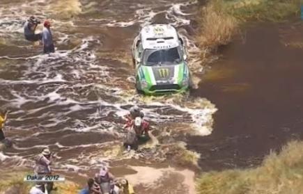 Dakar 2012 : Peterhansel  pousse un pilote moto à l'eau !