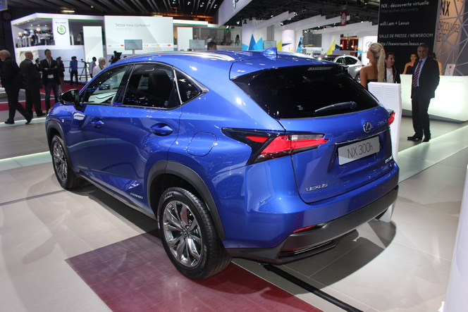 lexus nx 300h marqu vid o en direct du salon de paris 2014. Black Bedroom Furniture Sets. Home Design Ideas