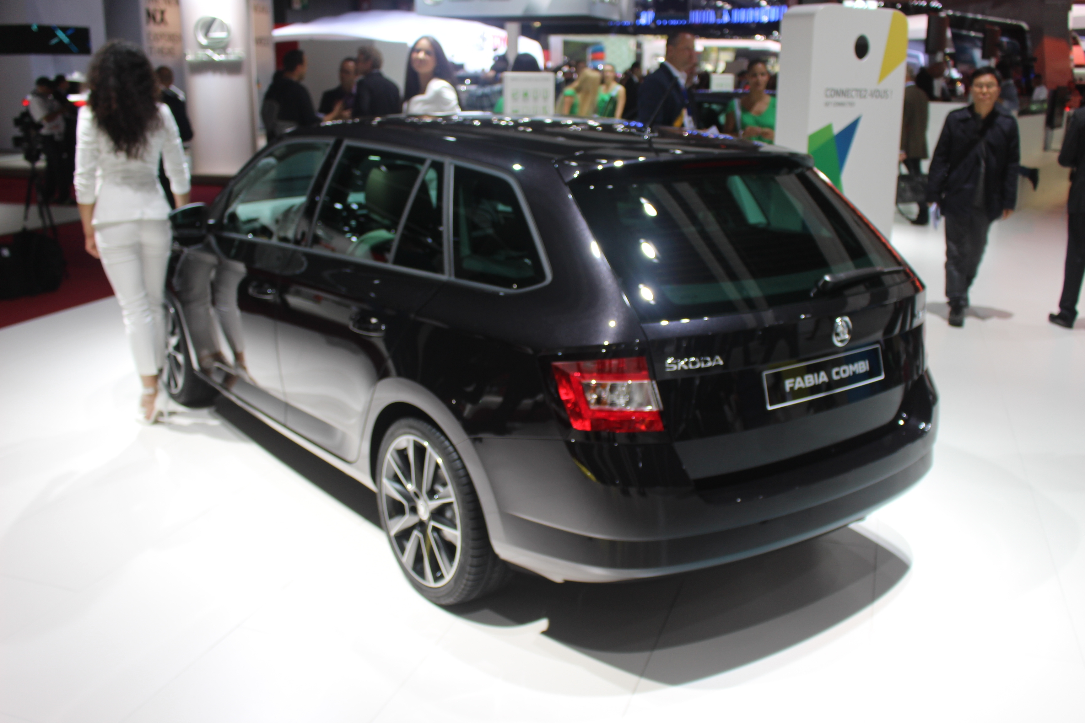 skoda fabia combi du coffre en direct du salon de paris 2014. Black Bedroom Furniture Sets. Home Design Ideas