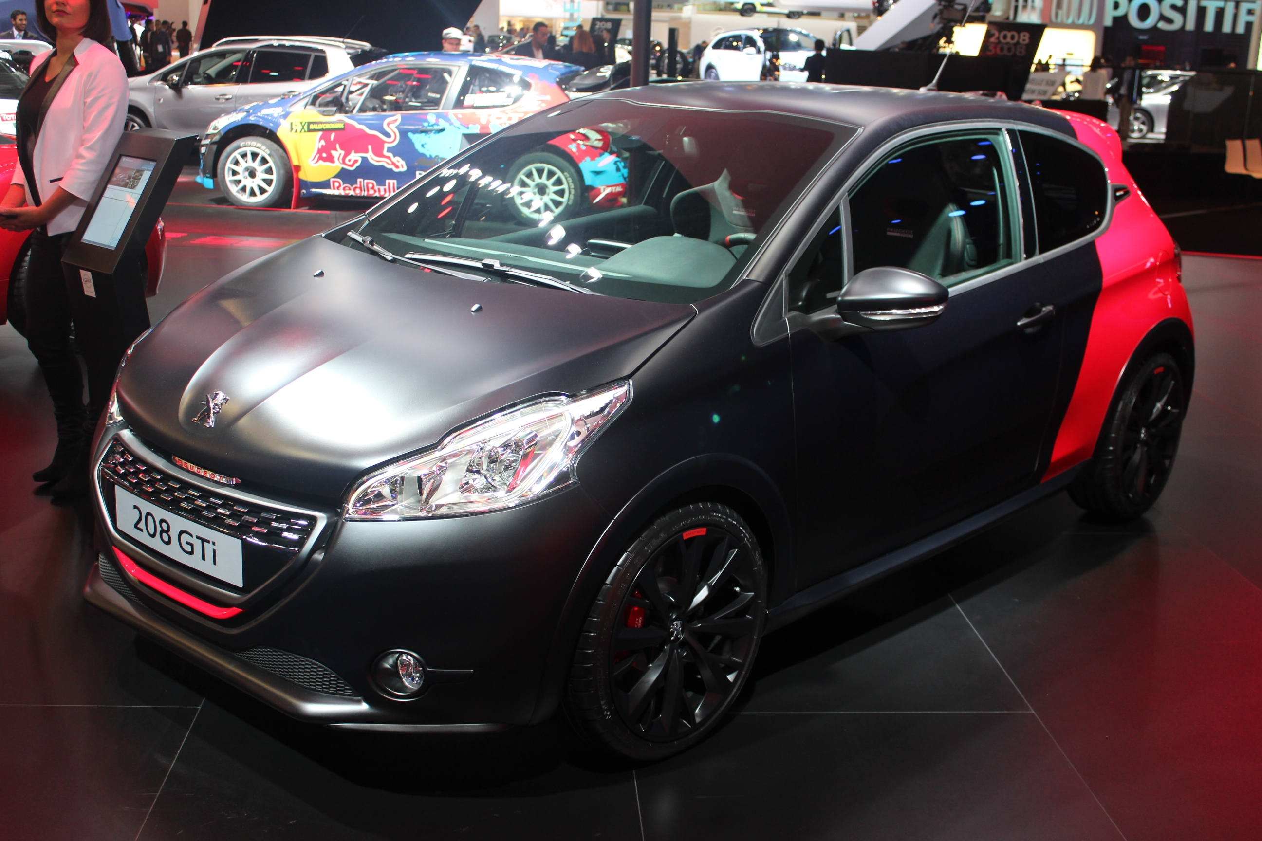 peugeot 208 gti 30th en rouge et noir vid o en direct. Black Bedroom Furniture Sets. Home Design Ideas