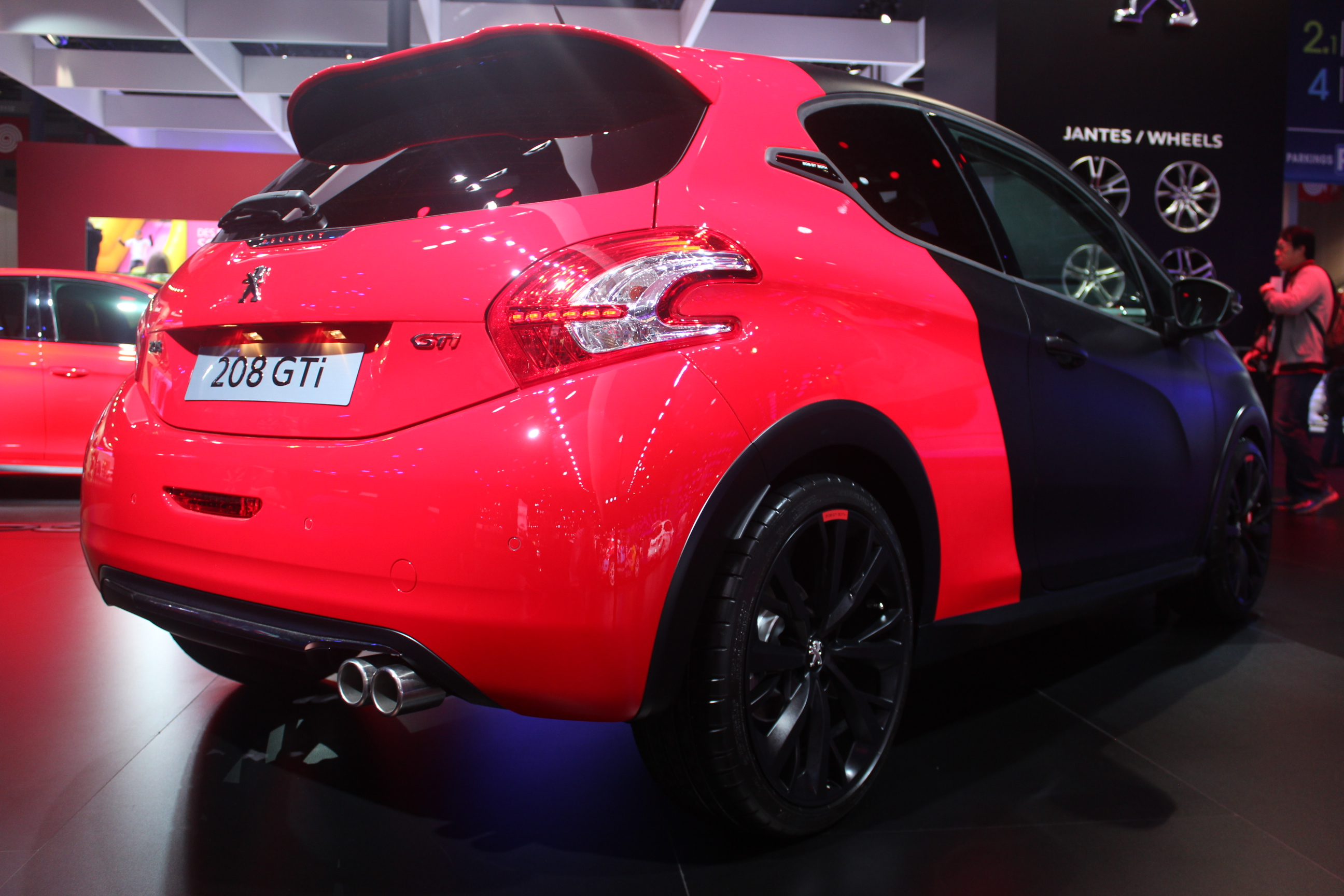 Peugeot 208 gti 30th en rouge et noir vid o en direct du salon de paris 2014 - Salon rouge et noir ...