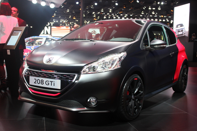 peugeot 208 gti 30th en rouge et noir vid o en direct du salon de paris 2014. Black Bedroom Furniture Sets. Home Design Ideas