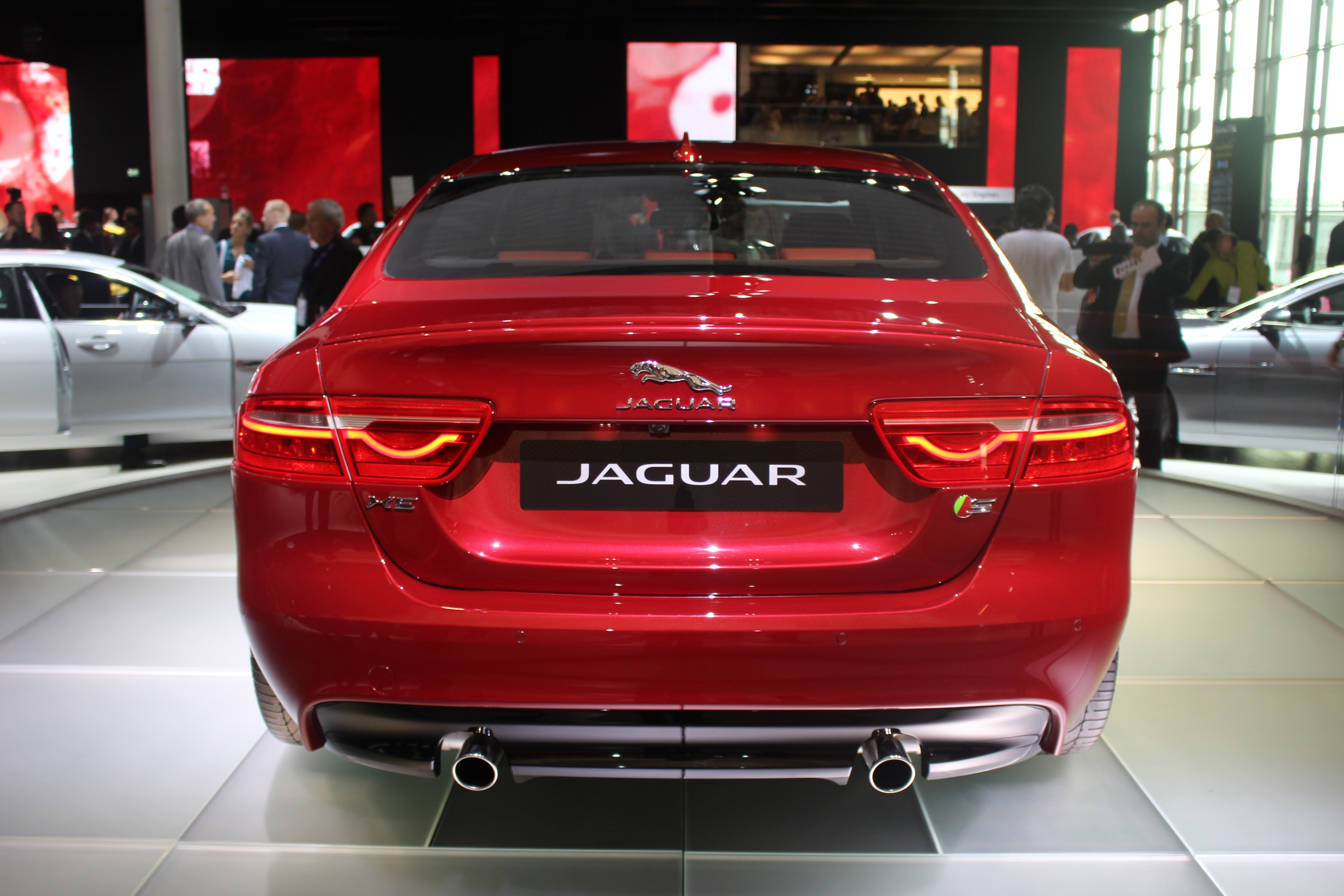 jaguar xe fracassante vid o en direct du salon de paris 2014. Black Bedroom Furniture Sets. Home Design Ideas