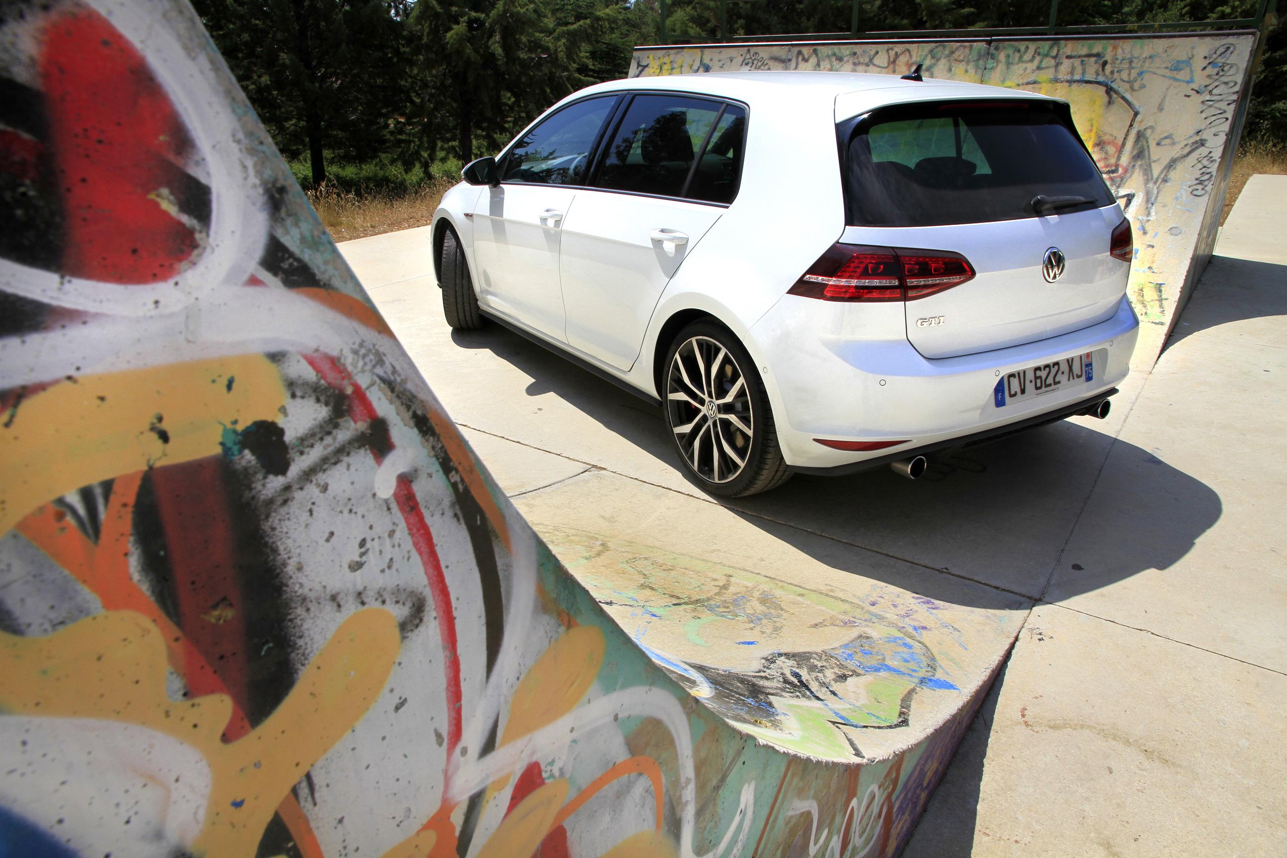 http://images.caradisiac.com/images/7/9/6/0/87960/S0-Essai-video-Volkswagen-Golf-GTI-7-Grand-mere-est-une-rockstar-297845.jpg