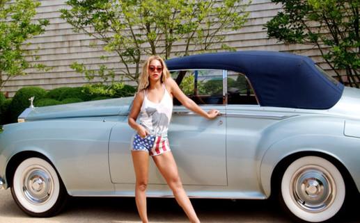Beyoncé s'affiche sexy devant sa nouvelle Rolls Royce