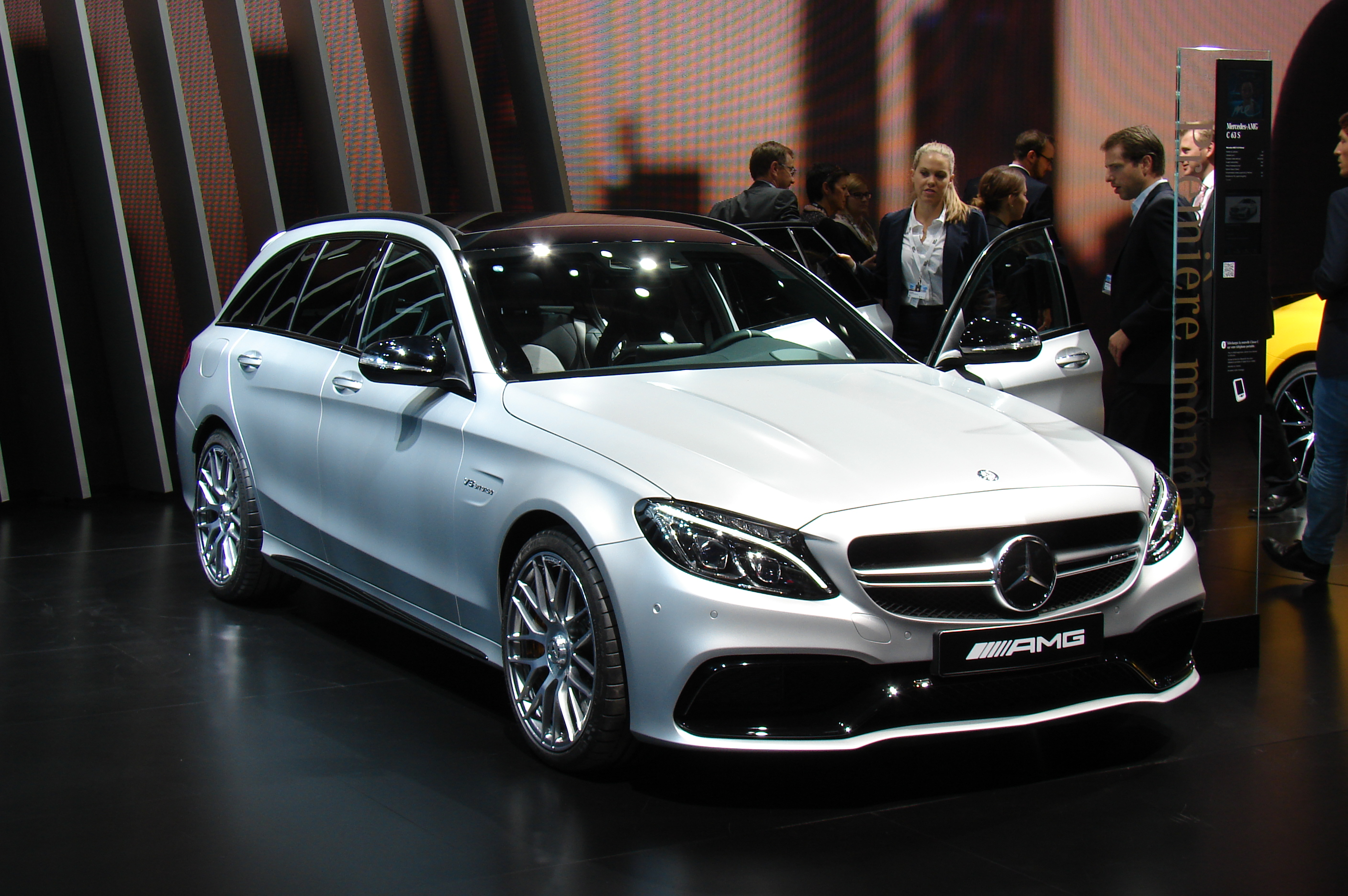 mercedes c63 amg plus de 500 ch en direct du salon de. Black Bedroom Furniture Sets. Home Design Ideas