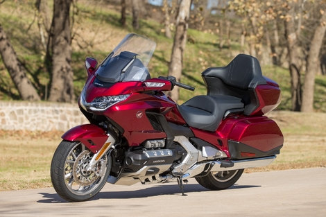 Les essais de presse de la Goldwing 2018 - Page 7 S1-comparatif-honda-gold-wing-2018-vs-honda-gold-wing-2017-551841