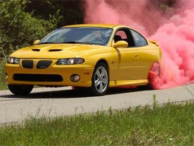 Pneu moto qui fume de couleur