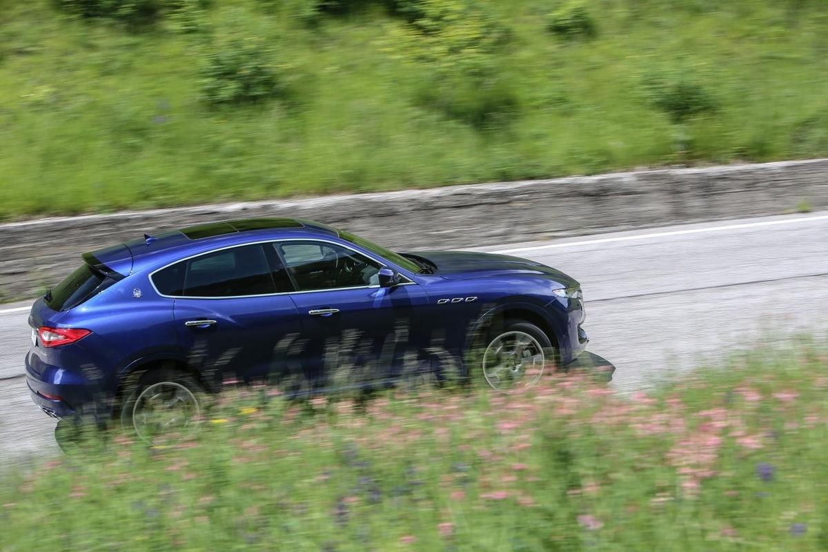 sur la route conforme aux attentes en diesel reellement excitante en essence .
