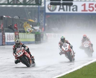 Superbike: Silverstone M.2: La course n'a pas été sauvée des eaux.