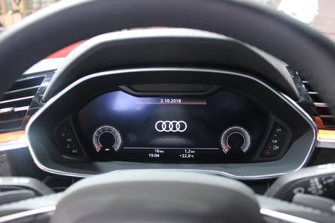L'instrumentation est numérique, configurable et peut afficher soit les cadrans de conduite, soit la navigation soit le multimédia en grand.