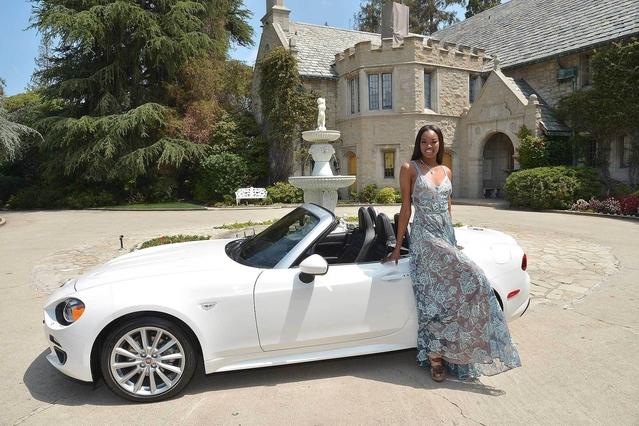 """La """"Playmate"""" 2016 de Playboy reçoit une Fiat 124 Spider"""
