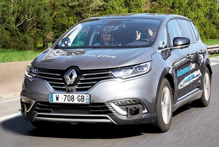 Renault investit 25 millions d'euros dans un simulateur de conduite autonome, parallèlement aux expérimentations sur route ouverte.