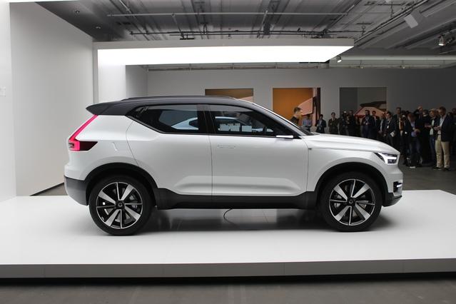 Le profil est équilibré, la ligne de caisse remonte au niveau de la vitre arrière et la poignée est intégrée dans le montant à la manière d'un Renault Captur.