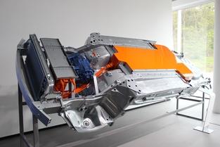 La même plateforme en configuration 100% électrique, avec un pack de batteries situé sous le plancher, qui n'empiète pas sur l'espace à vivre.