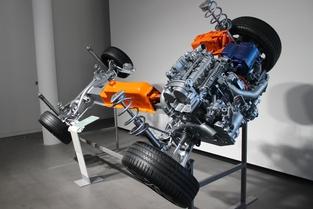 """La plateforme CMA en version """"hybride rechargeable"""" avec batterie intégrée au tunnel central et moteur 3 cylindres (à gauche) et électrique (à droite)."""