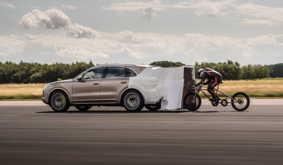 S8-le-record-de-vitesse-maximale-a-velo-battu-derriere-le-nouveau-cayenne-turbo-s-e-hybrid-600935.jpg