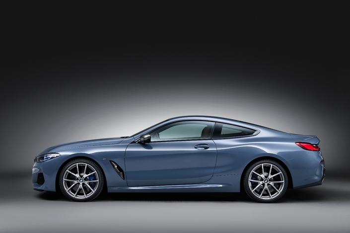 Long capot mais les porte-à-faux avant et arrière sont plus longs que d'habitude chez BMW.