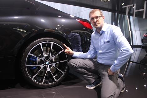 La Série 8 adopte un train arrière à roues directrices. Cela est une bonne nouvelle pour la maniabilité de ce gros coupé de 4,83 m !