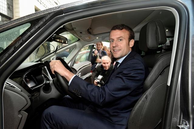 Emmanuel Macron teste la conduite autonome à la française