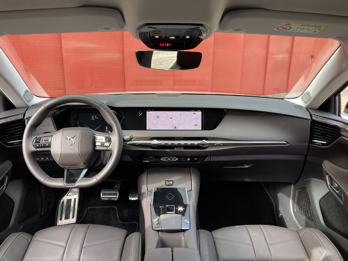 The dashboard of the DS 4 is massive, very qualitative and is distinguished by the presence of the Smart Touch, a 5-inch screen used in particular to control the 10-inch multimedia screen.