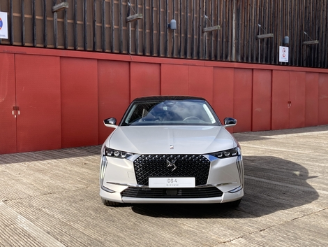 The front of the DS 4 is close to that of the other models of the brand with some differences such as the daytime running lights in L.