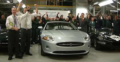 La première nouvelle Jaguar XK sort des lignes de production