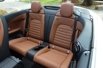 Les places arrière sont plus spacieuses que dans les cabriolets compacts, mais restent petites.