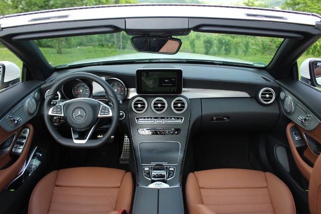 La planche de bord est celle de la berline et du coupé. Très bien finie et présentée, elle utilise des matériaux de grande qualité.