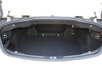 Le volume de coffre est de 360 litres capote en place et 285 litres capote rangée. C'est moyen.