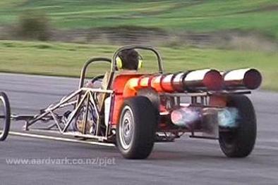 Après la voiture en kit, le dragster à réaction