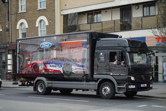 24 Heures du Mans : la Ford GT en parade à Paris