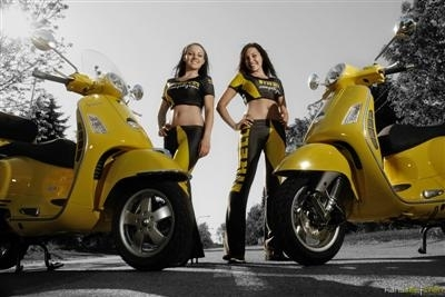 Moto & Sexy : duel de Vespa jaunes
