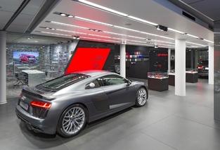 Heureusement, il reste un peu de place pour exposer en réel des autos de la marque.