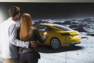 Dans l'Audi City, on touche les voitures avec les yeux.
